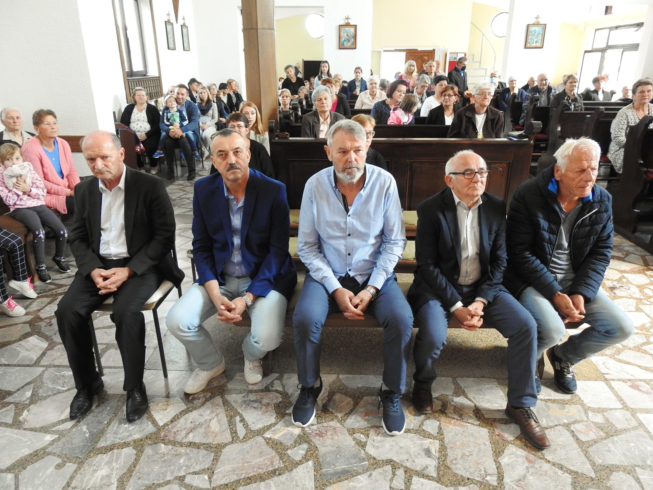 Novoizabrani članovi župnog ekonomskog vijeća na sv. Misi (1)