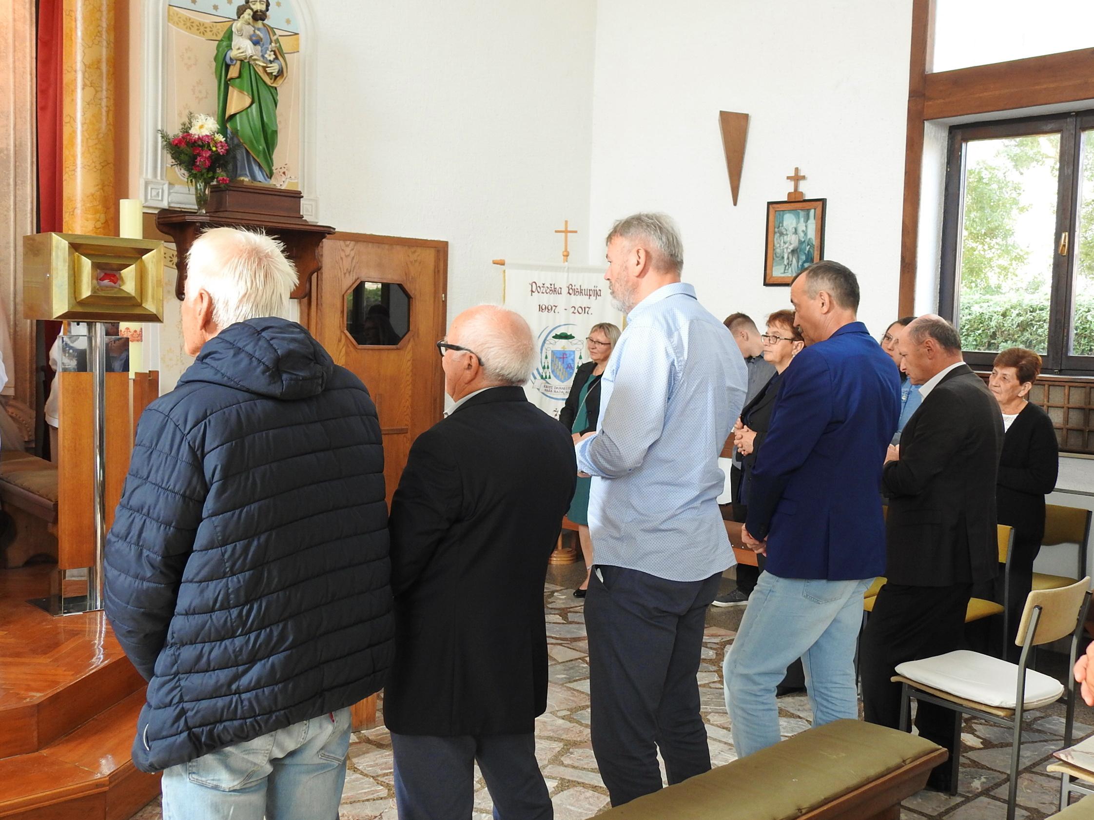 Novoizabrani članovi župnog ekonomskog vijeća na sv. Misi (2)
