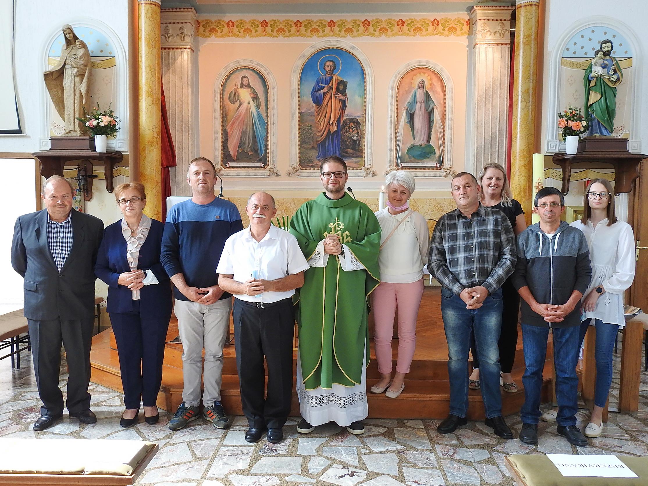 Novoizabrani članovi župnog pastoralnog vijeća sa župnikom Patrikom