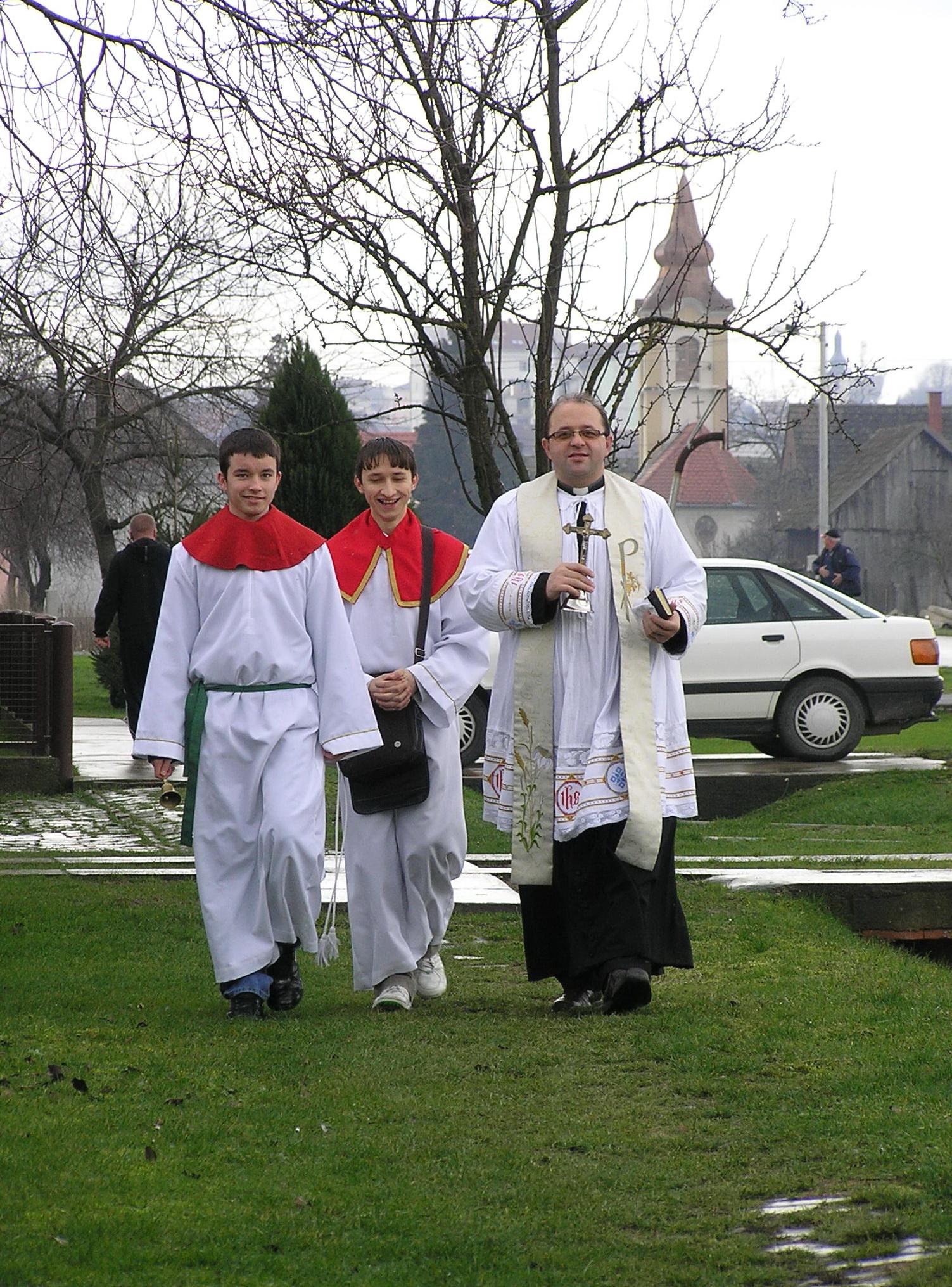 Ministranti Dino i Miroslav i župnik Branko - blagoslov kuća i obitelji 2009 (Markovac Našički) - 30.12.2009.