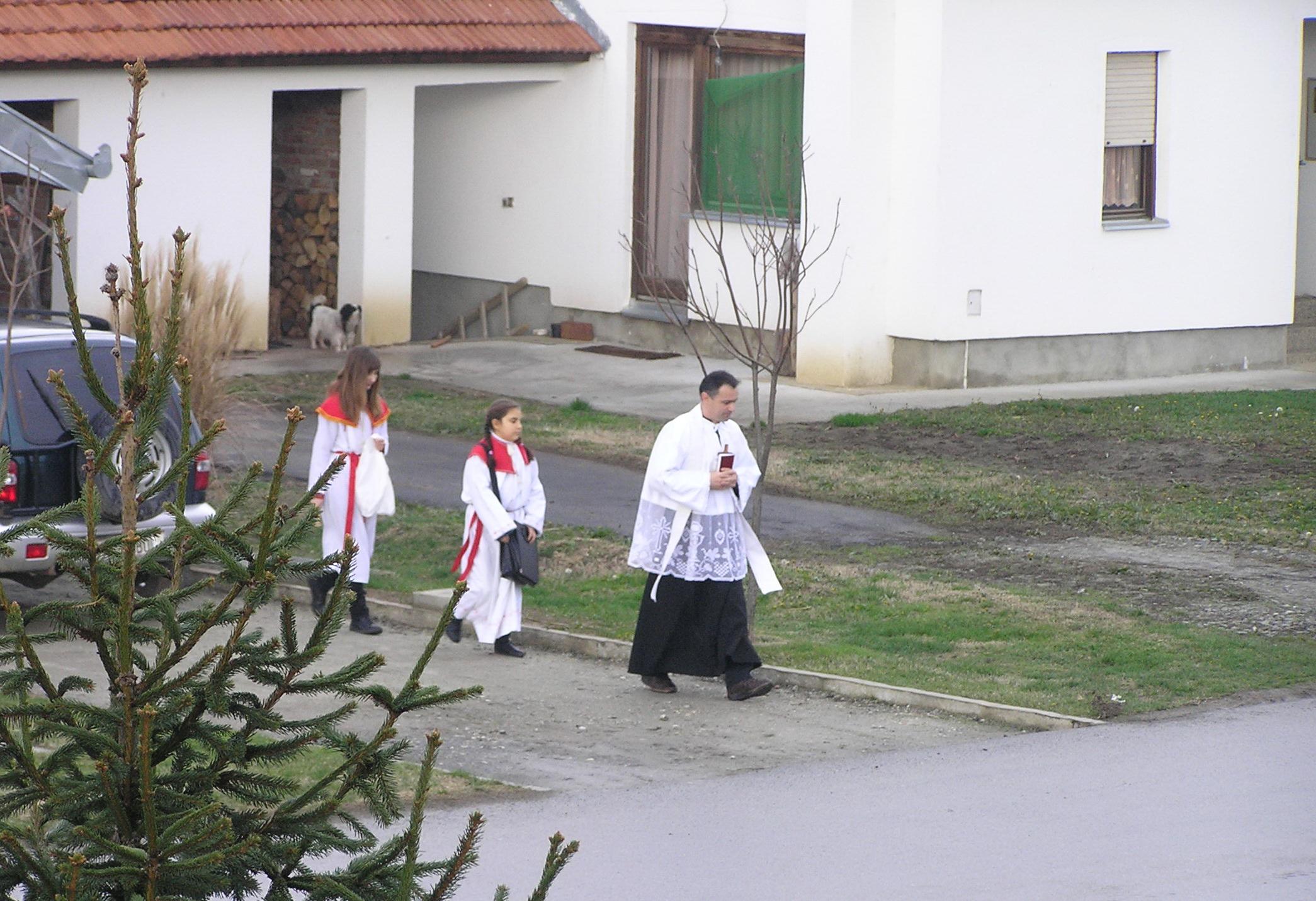 Ministrantice Veronika i Martina i vlč. Pavle - blagoslov kuća i obitelji 2009 (Markovac Našički) - 30.12.2009.